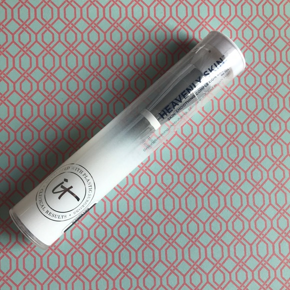 it cosmetics Other - NWT heavenly skin complexion brush